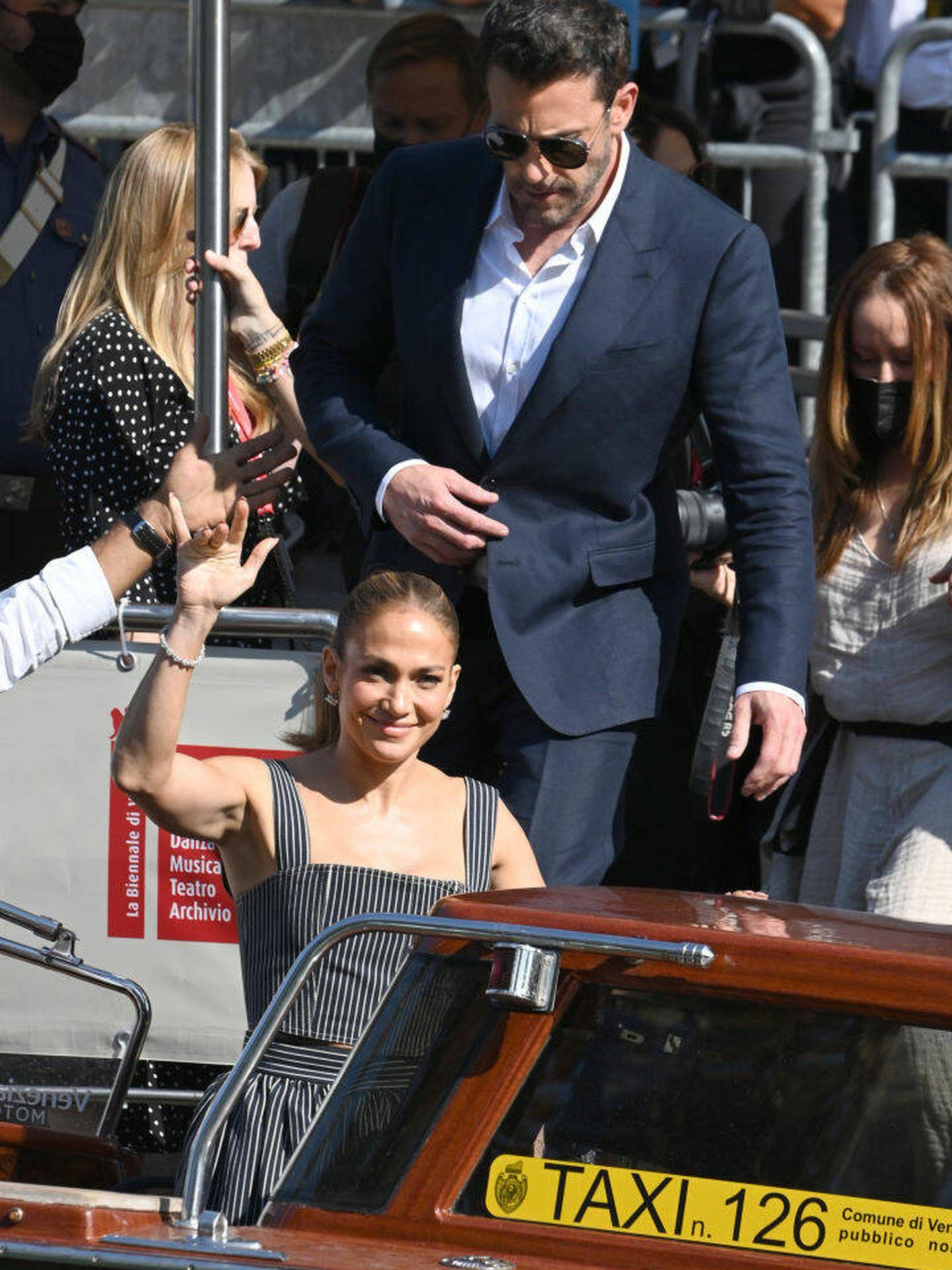Ben Affleck y Jennifer Lopez en el watertaxi, en el Festival de Venecia. (Getty)