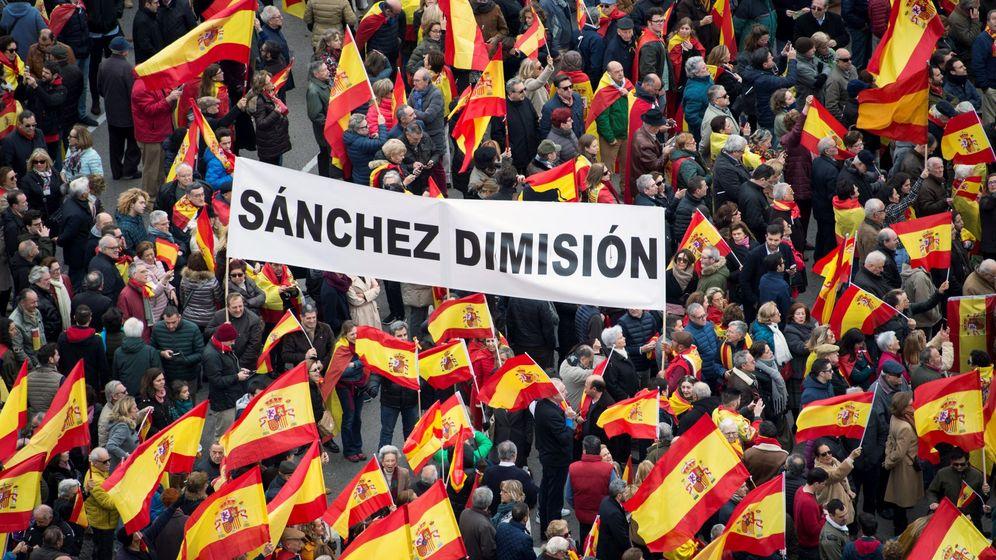 Foto: Manifestantes en la plaza Colón de Madrid, este domingo durante la concentración. (EFE)