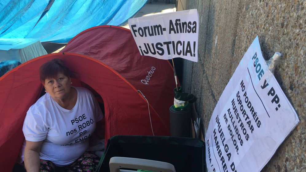 Foto: Conchi, en la tienda de campaña donde está durmiendo desde el martes. (N. L. P.)