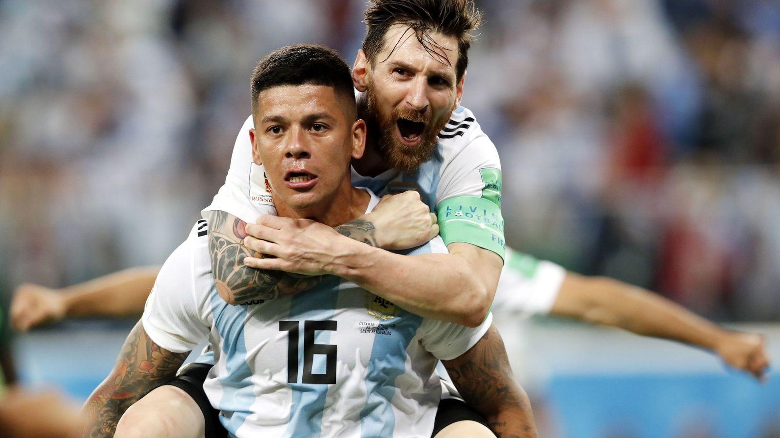 Foto: Messi se colgó de Rojo tras el gol del central, el 1-2 que le dio la victoria a Argentina ante Nigeria. (EFE)
