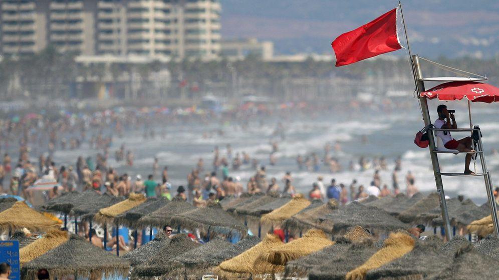 Foto: Un socorrista vigila la playa de la Malvarrosa. (EFE)