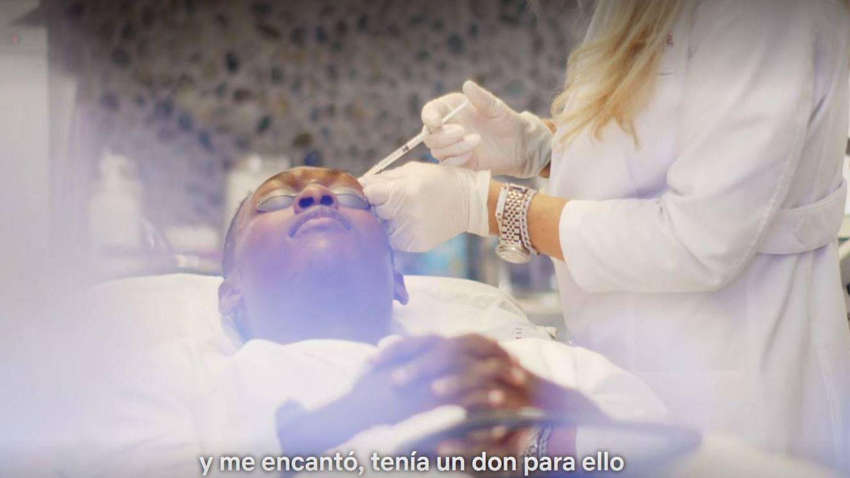 La enfermera Jamie, con una paciente en 'Cambio de piel'. (Netflix)