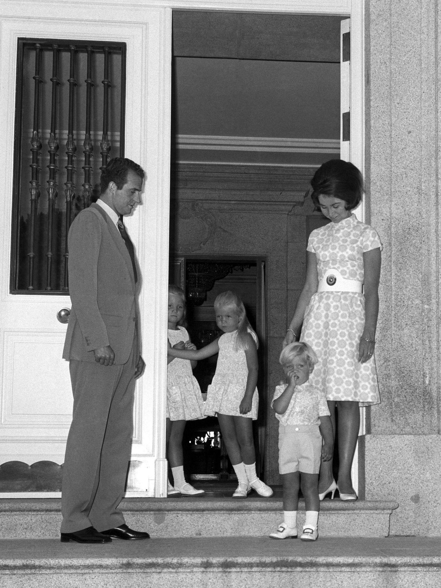 Juan Carlos I y Sofía, con sus hijos en Zarzuela. (EFE)