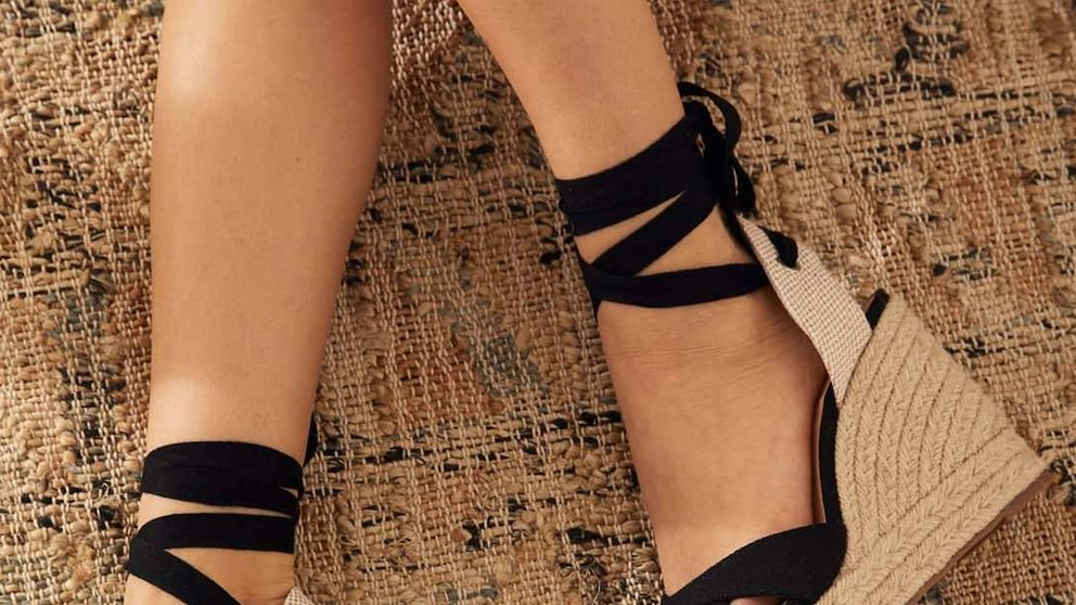 Las sandalias con cuña más estilosas están en Stradivarius y pegan con TODO