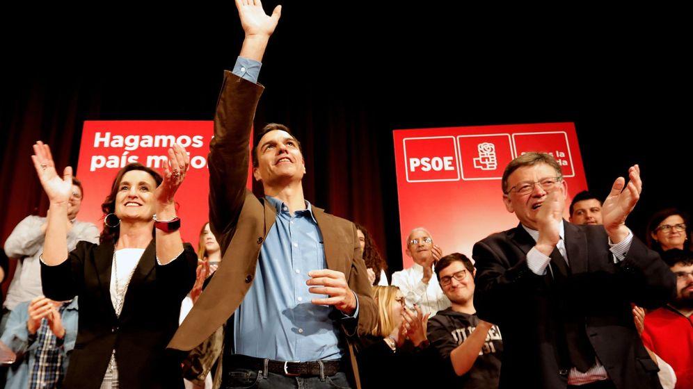 Foto: Pedro Sánchez (c), con Mercedes Caballero y Ximo Puig, este 12 de abril en Alzira. (EFE)