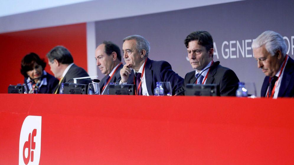 Foto: El presidente de Duro Felguera, Acacio Rodríguez (3d), durante la reunión de la junta de accionistas