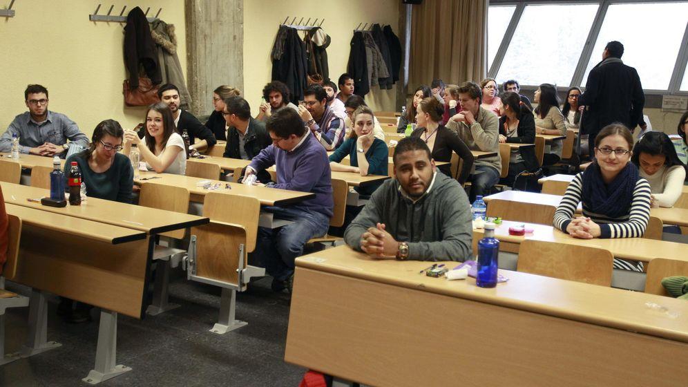 Foto: Imagen de archivo de aspirantes al MIR momentos antes de empezar el examen. (EFE)