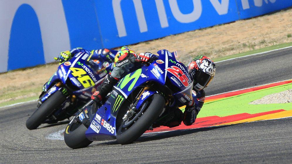 Foto: Maverick Viñales y Valentino Rossi rodando a rueda. (EFE)