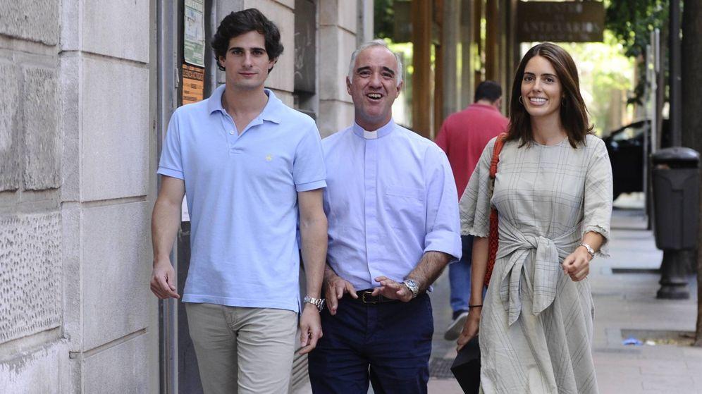 Foto: Fernando Fitz-James, el padre Sánchez Dalp y Sofía Palazuelo. (CP)