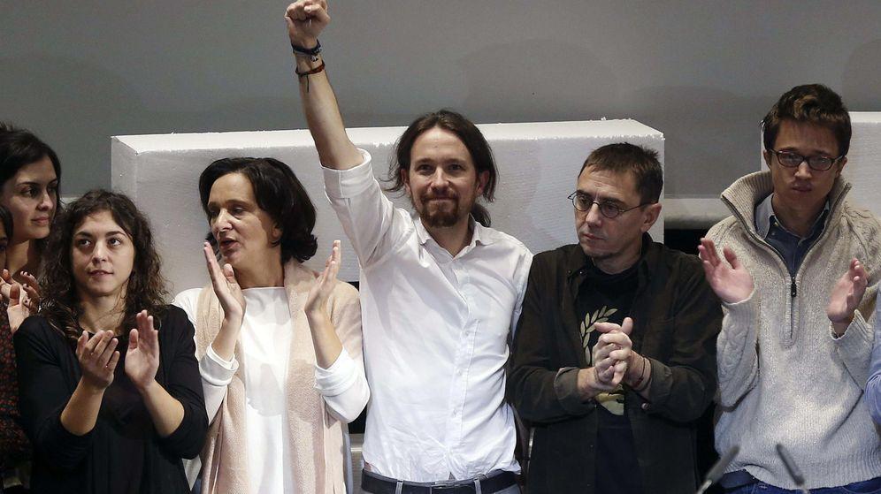 Foto: El líder de Podemos, Pablo Iglesias (c), junto a los miembros de su equipo, Tania González (i), Carolina Bescansa (2ªi), Íñigo Errejón (d) y Juan Carlos Monedero (2ºd), en 2014. (EFE)