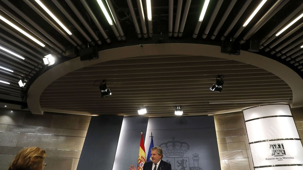 Rajoy pide a los ministros pactar y su portavoz llama al PSOE a colaborar