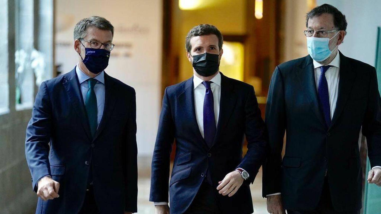 Casado, Feijóo y Rajoy. (David Mudarra)