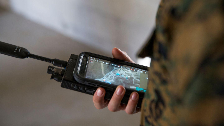 Un marine estadounidense controla un receptor GPS militar. (Foto: Reuters)