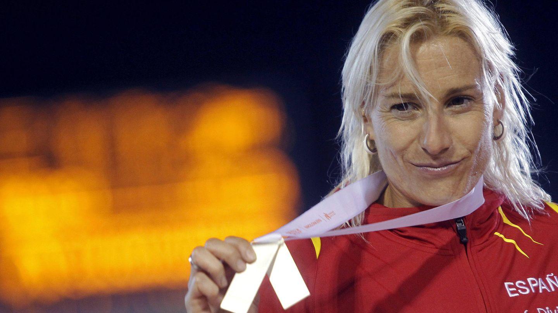 Marta Domínguez posa con su medalla de plata en los mundiales de Barcelona de 2010. (EFE)