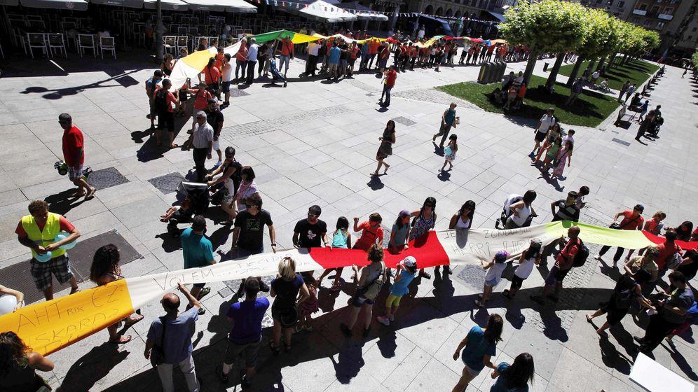 Foto: Una cadena humana, promovida por Gure Esku Dago, reivindica el derecho a decidir. (EFE)