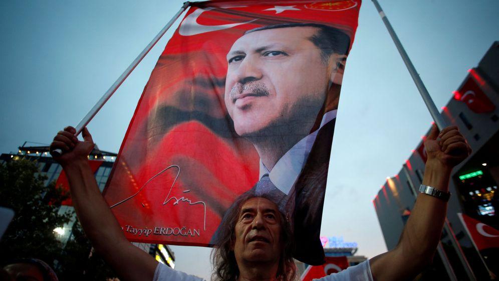 Foto: Un partidario enarbola una banderola del presidente Recep Tayyip Erdogan en Ankara, el 20 de julio de 2016. (Reuters)