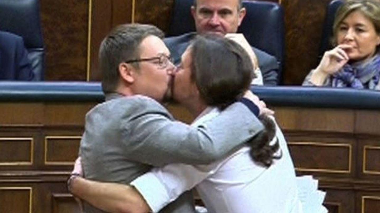 Pablo Iglesias y Xavier Domènech se besan en el Congreso de los Diputados.