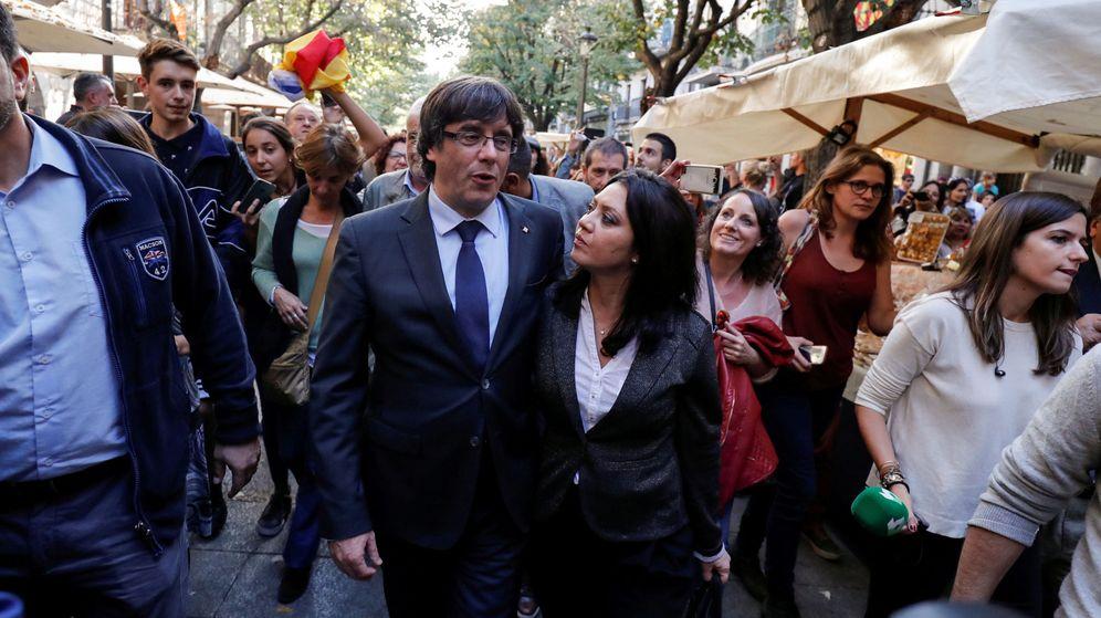 Foto: Carles Puigdemont, con su esposa. (Reuters)
