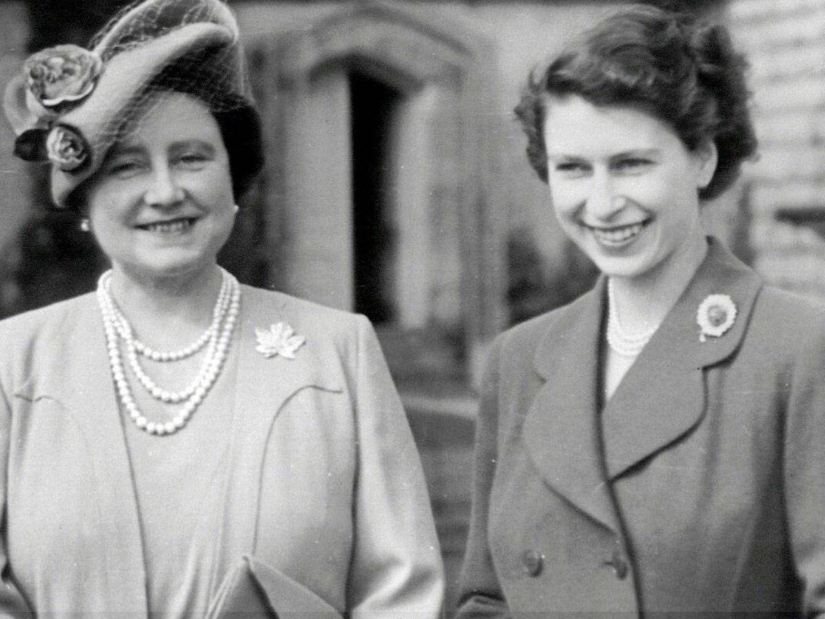 Foto: Isabel II, junto a su madre en una imagen de archivo. (Cordon Press)