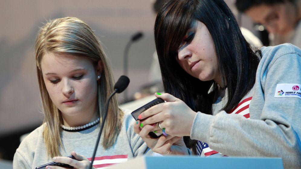 Foto: Dos chicas participan en la Copa del Mundo de Mensajeo (sí, eso existe) en Nueva York (Foto: Reuters)