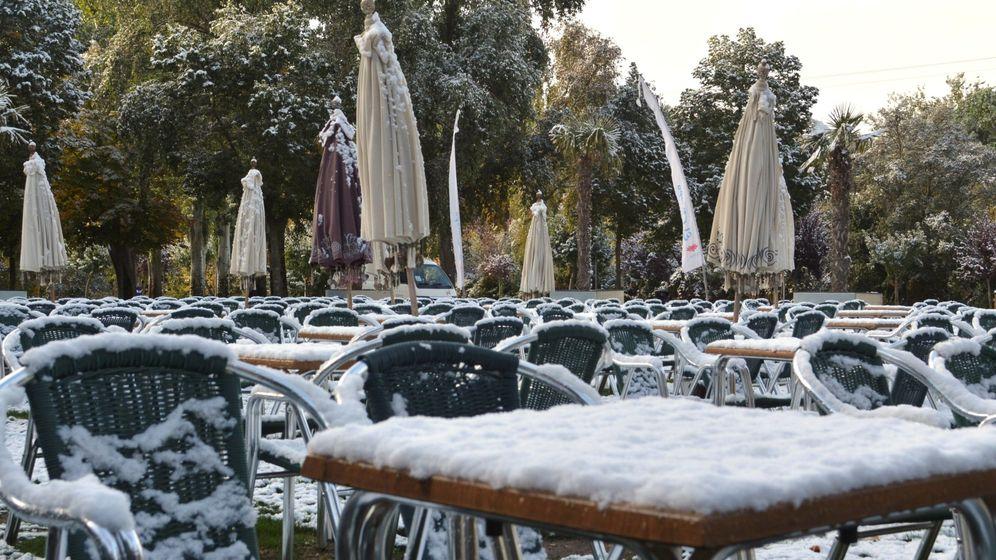 Foto: Palencia amanece cubierta por una fina capa de nieve. (EFE)