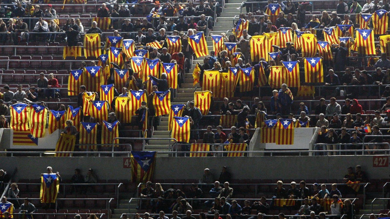 Foto: Esteladas durante un partido en el Camp Nou (Efe).