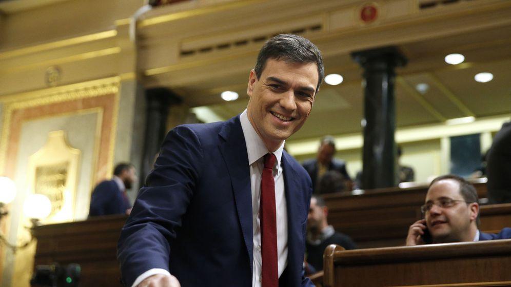 Foto: Sánchez sonriente en la segunda sesión del debate de investidura. (Efe)