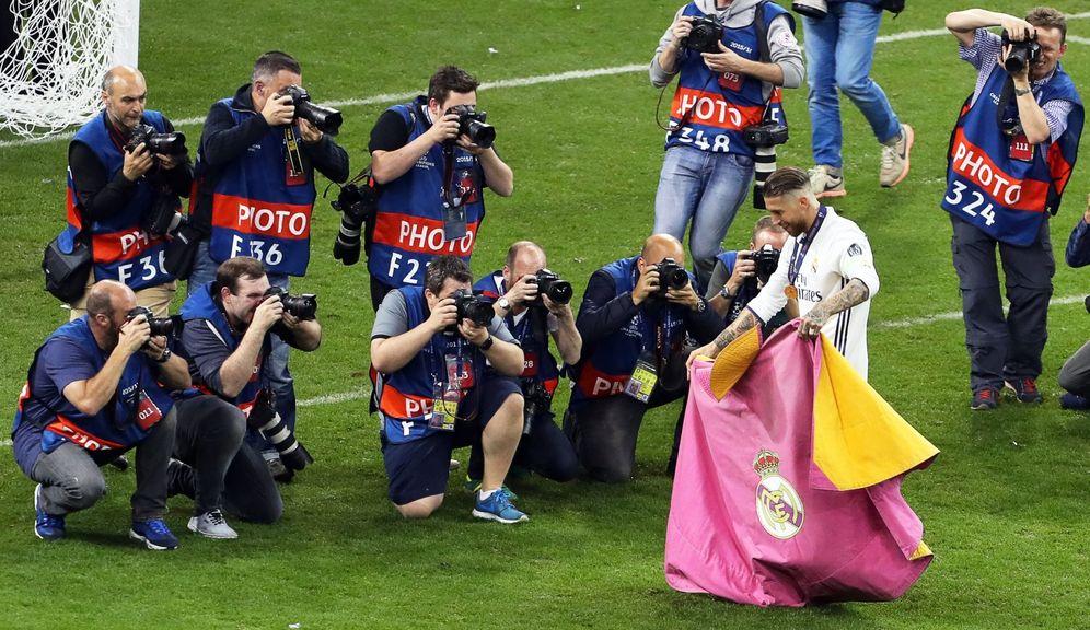 Foto: Sergio Ramos capote en mano tras ganar la Champions League en Cardiff. (EFE)