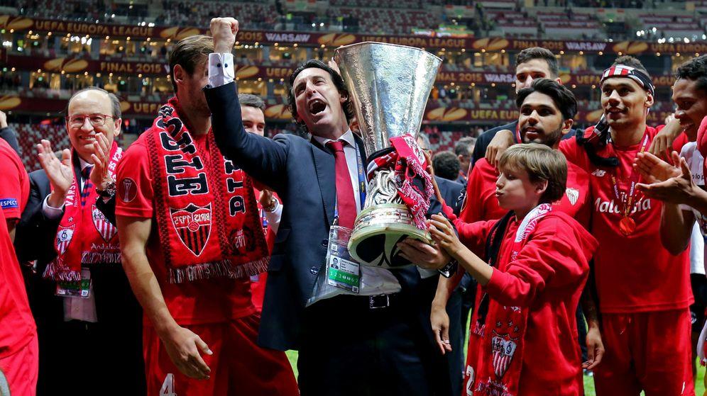 Foto: Emery celebra el título de campeón con la Copa (Reuters).