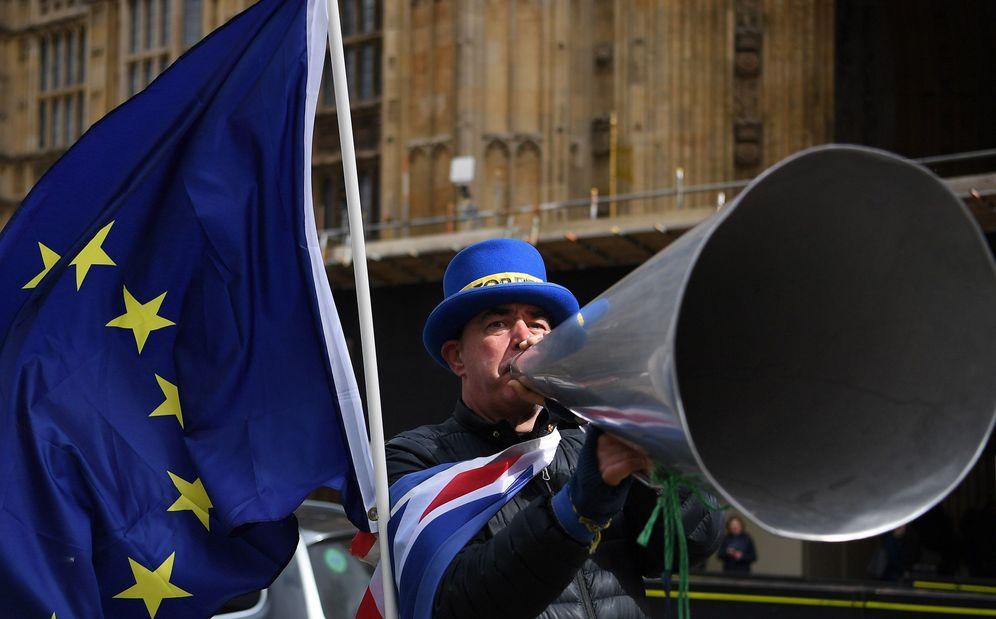 Foto: Un defensor de la unión Europea protesta a las puertas del Parlamento, en Londres (Reino Unido). (EFE)