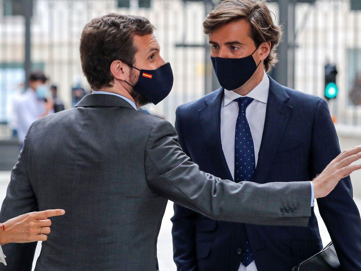 Foto: l líder del Partido Popular, Pablo Casado (i), conversa con el diputado popular Pablo Montesinos a las puertas del Congreso. (EFE)
