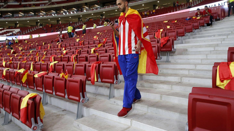 Imagen de banderas españolas colocadas en los asientos de uno de los fondos. (EFE)