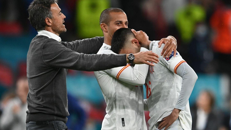 Luis Enrique y Thiago consuelan a Pedri tras caer contra Italia en los penaltis. (EFE)
