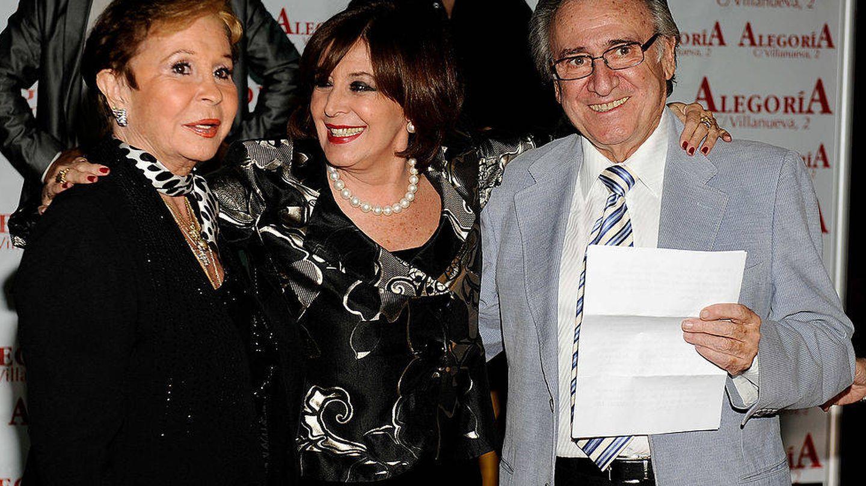 Lina, con Concha Velasco y Manolo Escobar. (Getty)