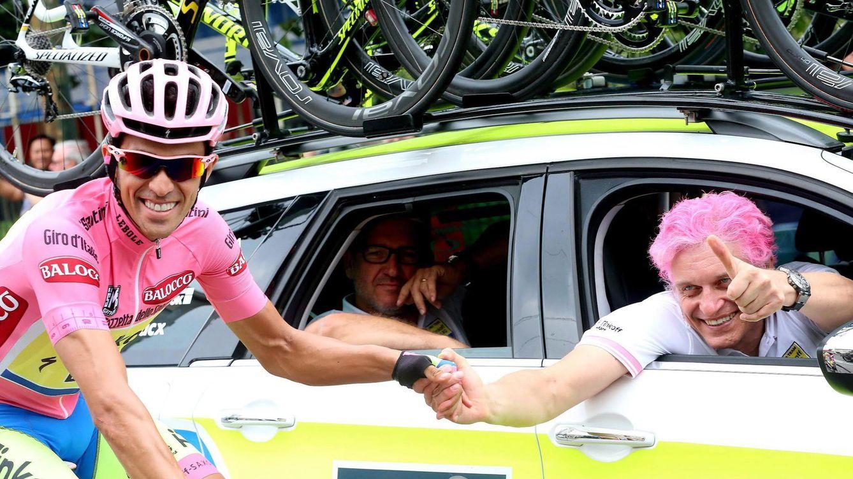 Foto: Contador da la mano al dueño de su equipo, Oleg Tinkov (EFE).