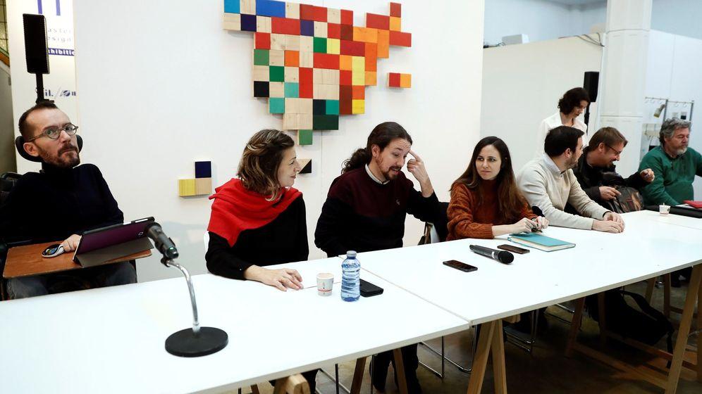 Foto: El secretario de Organización Pablo Echenique, la diputada Yolanda Díaz, Pablo Iglesias y la coportavoz Ione Belarra, en una reunión del 'Gobierno en la sombra' de Podemos. (EFE)