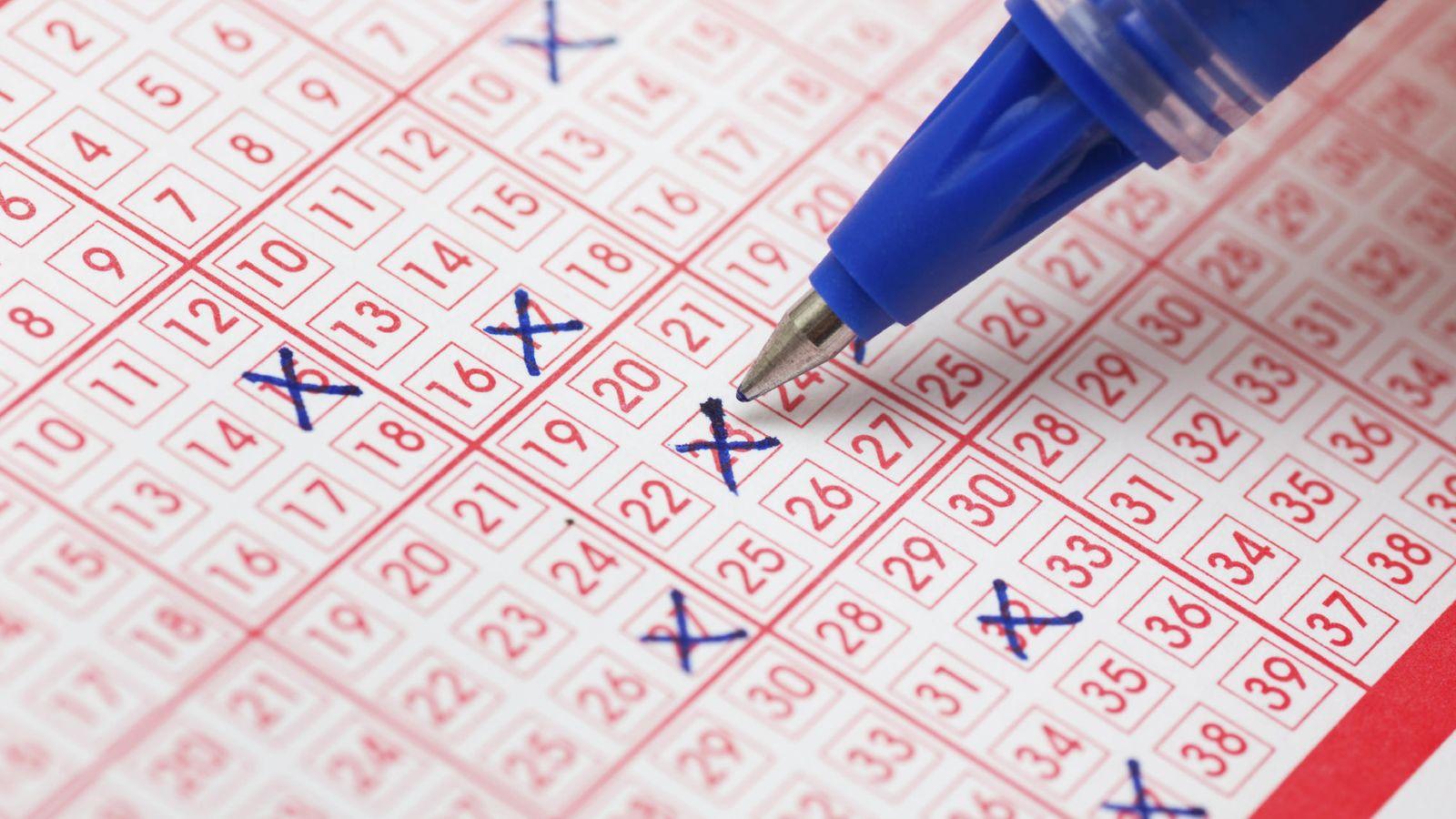Resultado de imagen para Un grupo de amigos ganó la lotería después de apostar durante más de una década los mismos números