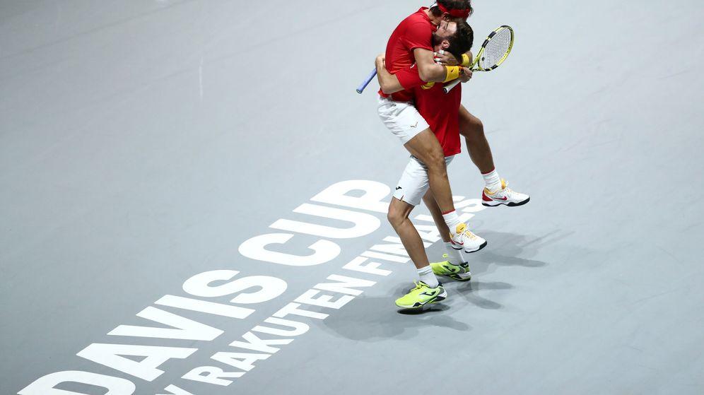 Foto: Nadal y Granollers se abrazan tras ganar a Argentina el tercer partido de cuartos. (Reuters)