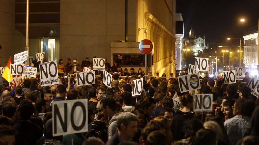 Foto:  Miles de personas participan en la marcha 'Ante el golpe de la mafia, democracia', convocada por la Coordinadora 25-S para protestar por la investidura de Mariano Rajoy. (EFE)