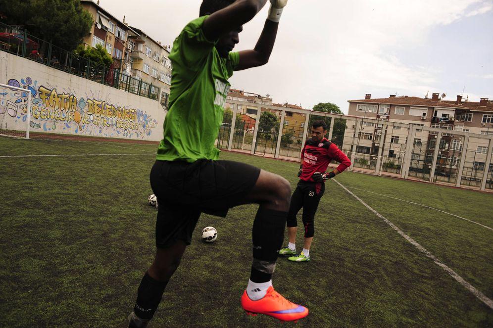 Foto: Jugadores africanos se disponen a jugar un partido en el Estadio de Fatih, en Estambul (Miguel Ángel Sánchez)
