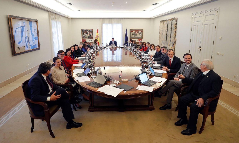 Foto: Pedro Sánchez, flanqueado por sus cuatro vicepresidentes, en la primera reunión del Consejo de Ministros, este 14 de enero. (EFE)