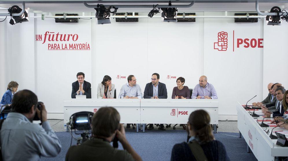 Foto: César Luena y Antonio Hernando presiden la constitución del comité electoral del PSOE para el 26-J, este 4 de mayo. (EFE)