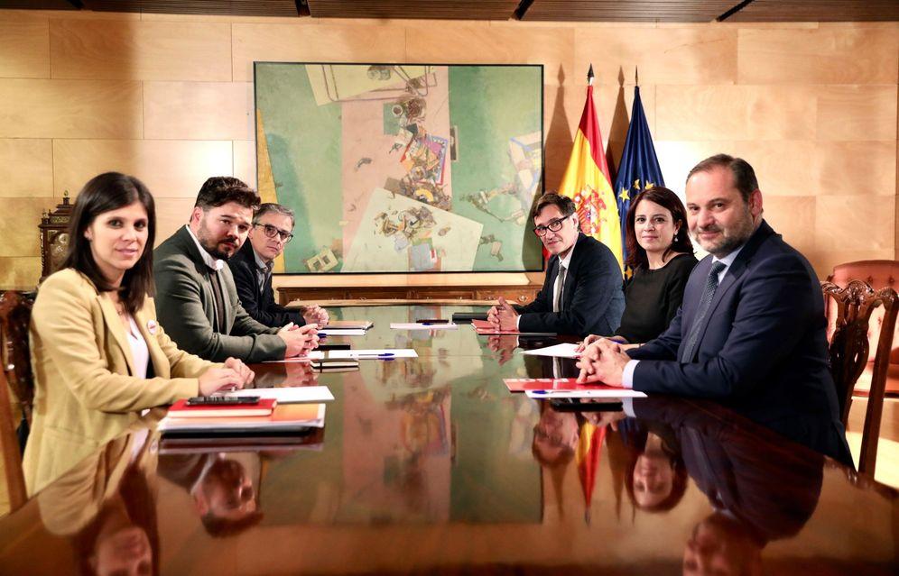 Foto: Los equipos negociadores de PSOE y ERC, el pasado 3 de diciembre, en el Congreso. (EFE)