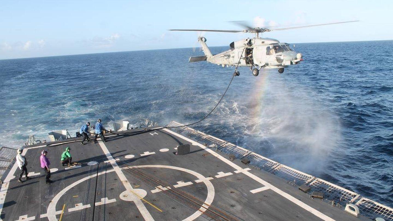 Reabastecimiento en vuelo de nuestro helicóptero SH-60B con la Fragata Santa María. (Foto: Armada Española)