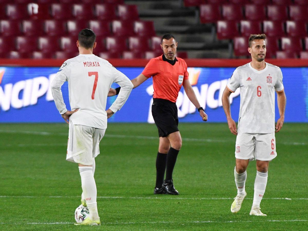 Foto: Los jugadores de la selección española Álvaro Morata (i) y Sergio Canales (d), tras encajar el gol de Grecia durante el encuentro de clasificación para el Mundial de Qatar 2022. (EFE)