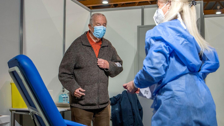 El rey Alberto, este jueves en el centro de vacunación. (Reuters)
