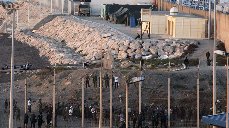 Foto: Varios inmigrantes esperan en las frontera de El Tarajal pasar a España desde Marruecos. (Efe)