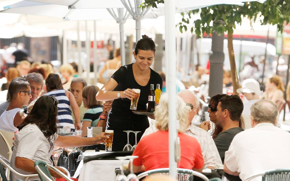 Foto: Una mujer sirve varias bebidas en una terraza del centro de Valencia. (EFE)