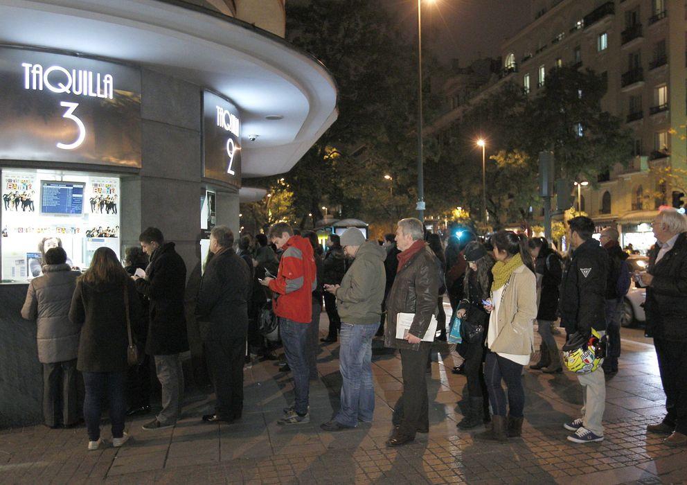Foto: Colas de cine en Madrid el pasado lunes coincidiendo con la guerra de precios (EFE)