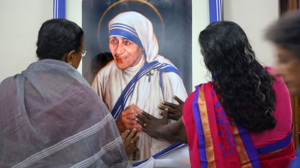 Foto: Grupo de personas venerando la imagen de la Madre Teresa de Calcuta. (EFE)